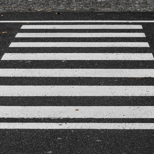 Potrącenie nastolatki przejeżdżającej rowerem przez przejście dla pieszych – apel do dzieci, młodzieży oraz rodziców